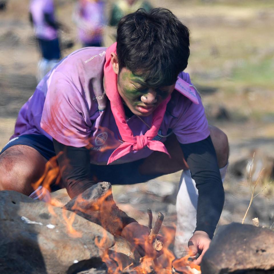 """Trường """"híp"""" xông xáo nhóm lửa, nấu canh cá cùng đồng đội ở Thái Lan - Ảnh 4"""