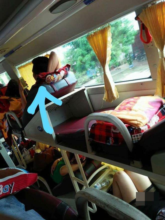 Nhức mắt trước hình ảnh người phụ nữ mặc váy ngắn nằm hớ hênh trên xe khách về quê ăn Tết - Ảnh 2