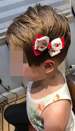 """Bé gái tự cắt phăng mái tóc vì nghe theo """"mệnh lệnh"""" từ video độc hại trên Youtube - Ảnh 2"""