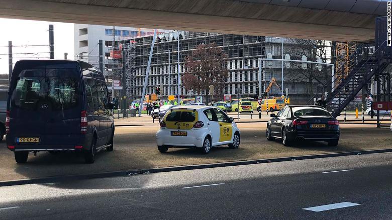 Hiện trường vụ xả súng nghi là khủng bố trên tàu điện ở Hà Lan - Ảnh 4