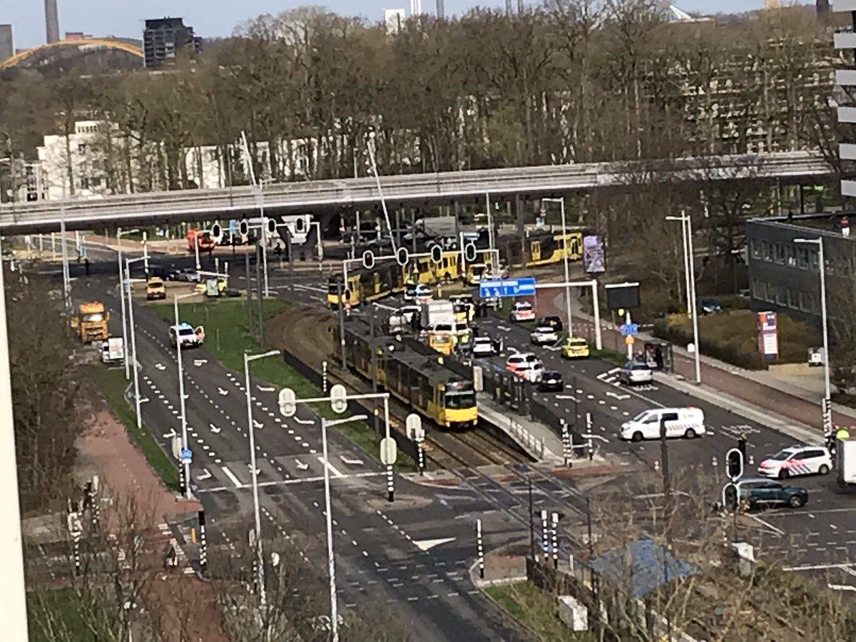 Hiện trường vụ xả súng nghi là khủng bố trên tàu điện ở Hà Lan - Ảnh 5