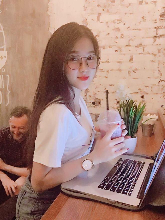 Nháo nhào truy tìm danh tính nữ CĐV xinh như thiên thần trong ngày U23 Việt Nam thắng đậm 4-0 - Ảnh 7