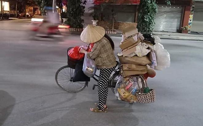 """Nỗi niềm mẹ """"bụng bầu vượt mặt"""" vẫn vất vả địu con gái đi nhặt rác kiếm sống qua ngày khiến nhiều người suy ngẫm - Ảnh 1"""