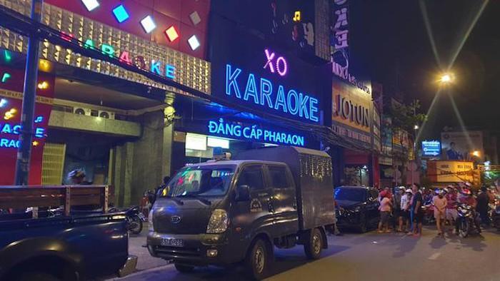 Hàng chục công an phong tỏa, khám xét quán karaoke của đại gia Phúc XO lúc nửa đêm - Ảnh 1