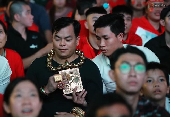 Phúc XO chi hàng chục triệu chỉ để thuê vệ sĩ đỡ vàng trên cổ cho đỡ mỏi - Ảnh 2