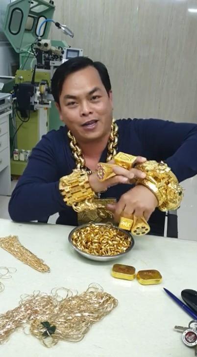 Phúc XO chi hàng chục triệu chỉ để thuê vệ sĩ đỡ vàng trên cổ cho đỡ mỏi - Ảnh 3