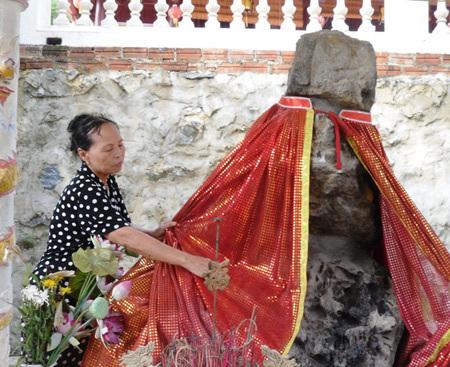 Chuyện tình cảm động bên bức tượng đá lạ ở đền Ông, động Bà - Ảnh 1