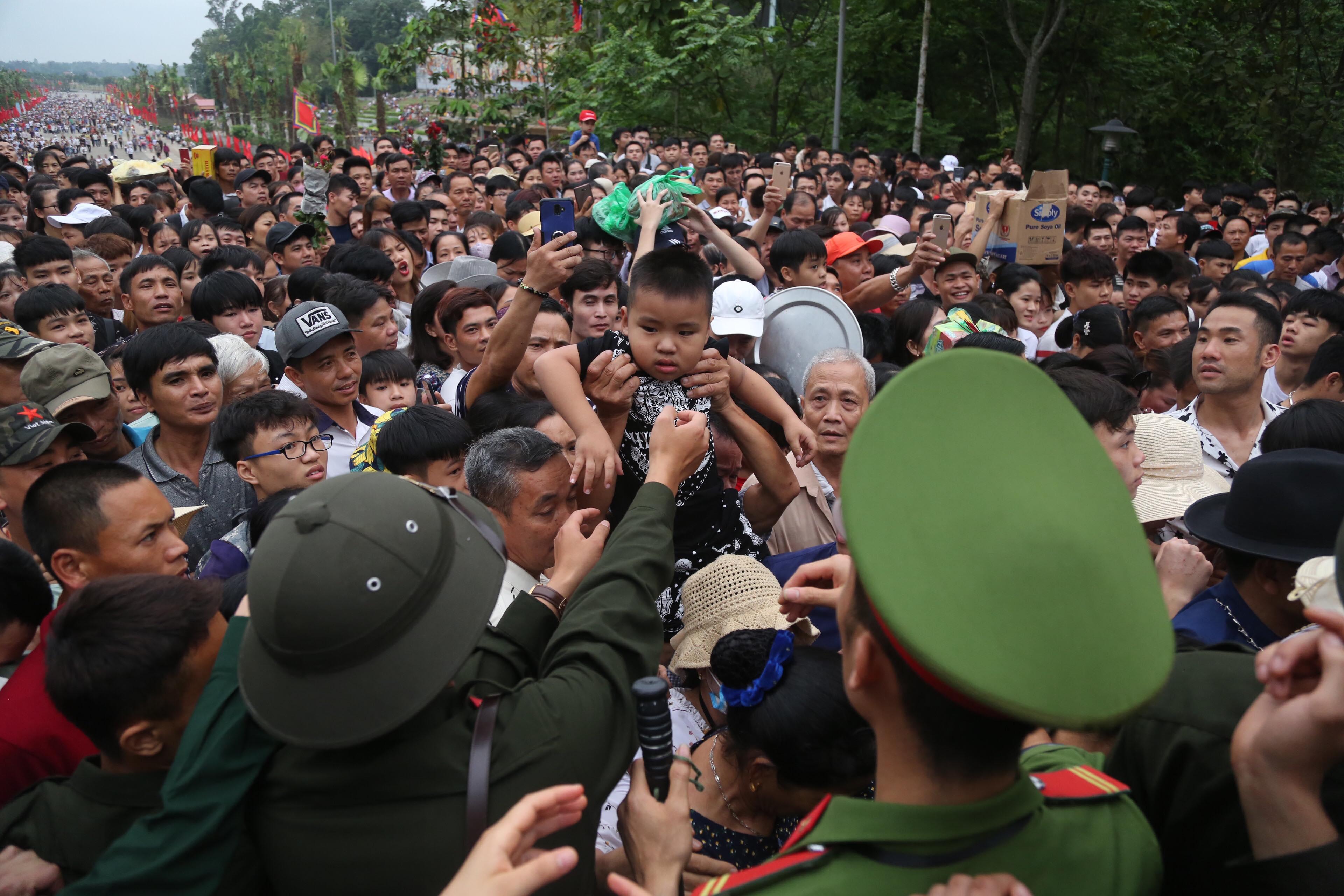 Nhiều trẻ nhỏ hoảng sợ vì lạc bố mẹ tại lễ hội Đền Hùng - Ảnh 1