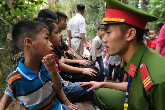 Nhiều trẻ nhỏ hoảng sợ vì lạc bố mẹ tại lễ hội Đền Hùng - Ảnh 5