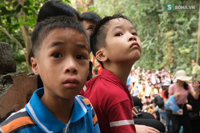 Nhiều trẻ nhỏ hoảng sợ vì lạc bố mẹ tại lễ hội Đền Hùng - Ảnh 6