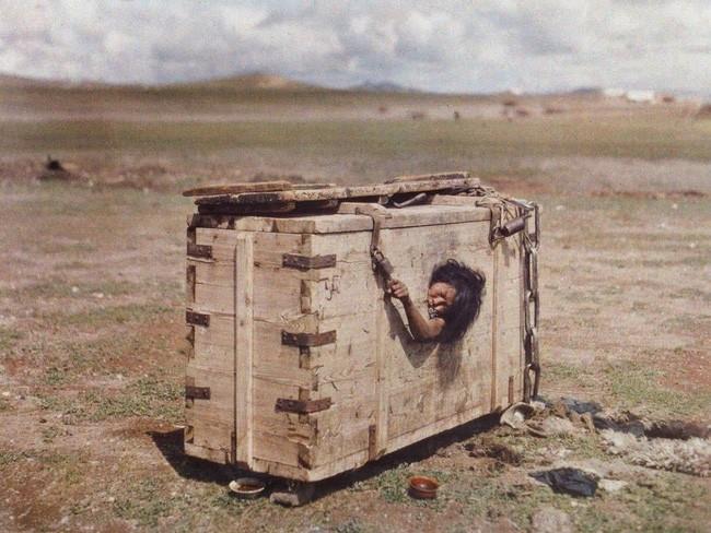 Tù nhân Mông Cổ bị nhốt trong cũi đặt giữa đồng không mông quạnh và câu chuyện khiến cả thế giới ám ảnh - Ảnh 1