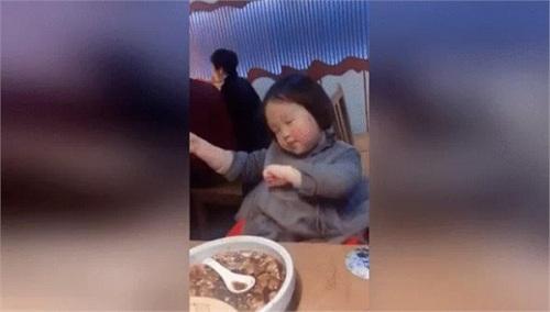 Bé trai 9 tháng tuổi gây sốt mạng xã hội vì biểu cảm đáng yêu khi canh mẹ ăn vụng táo - Ảnh 2