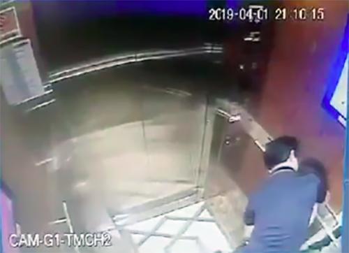"""Nhà của người đàn ông """"nựng"""" bé gái trong thang máy bị xịt sơn, ném chất bẩn - Ảnh 2"""