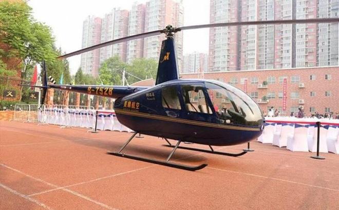 """Ông bố Trung Quốc """"gây bão"""" khi đến trường con gái bằng trực thăng - Ảnh 1"""