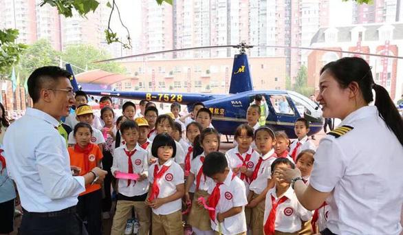 """Ông bố Trung Quốc """"gây bão"""" khi đến trường con gái bằng trực thăng - Ảnh 2"""