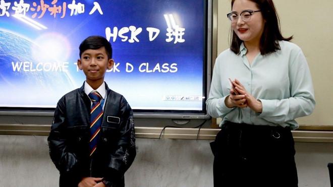 Miệt mài học 16 thứ tiếng, cậu bé bán hàng rong ở Campuchia bất ngờ được đi du học - Ảnh 1