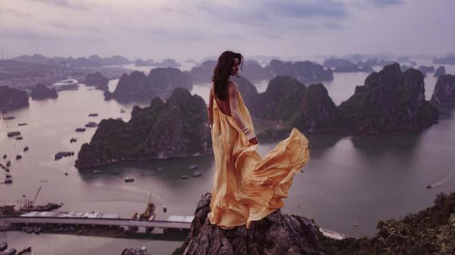 """Cháu gái tỷ phú giàu nhất nước Anh đợi 3 lần để chụp ảnh """"sống ảo"""" trên núi Bài Thơ - Ảnh 1"""
