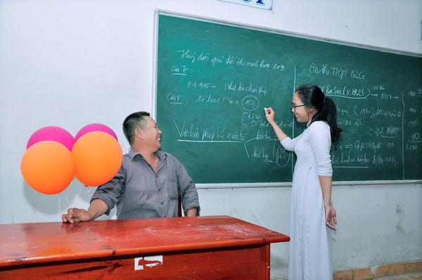 Xúc động bộ ảnh nữ sinh Đồng Nai cùng người cha bán cá viên chiên dự lễ bế giảng - Ảnh 2