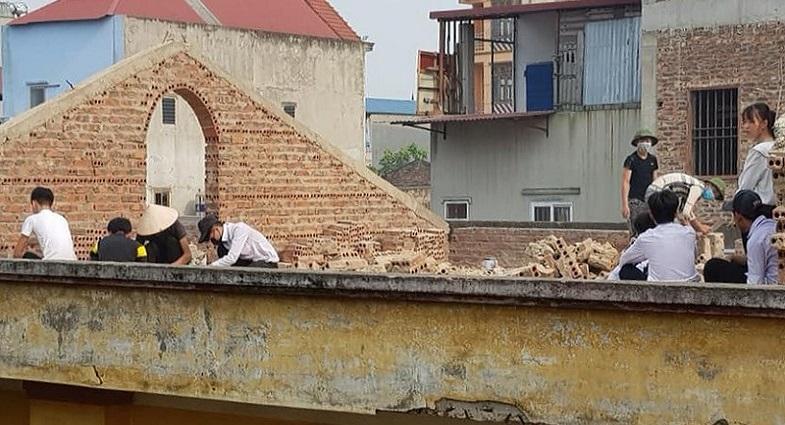 Xôn xao hình ảnh học sinh cá biệt bị phạt đẽo gạch trên mái nhà ở Bắc Ninh - Ảnh 1