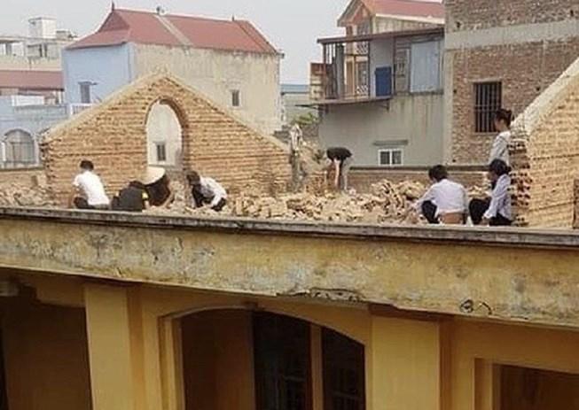 Vụ bắt học sinh đẽo gạch trên mái nhà: Hình phạt chưa thể hiện tính nhân ái của thầy cô - Ảnh 1