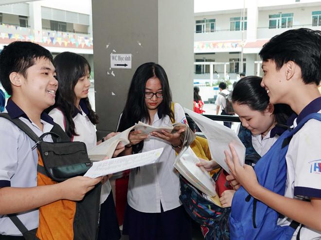 Đề thi Tiếng Anh lớp 10 tại TP HCM khó nhằn, nhiều thí sinh buồn bã rời phòng thi - Ảnh 1