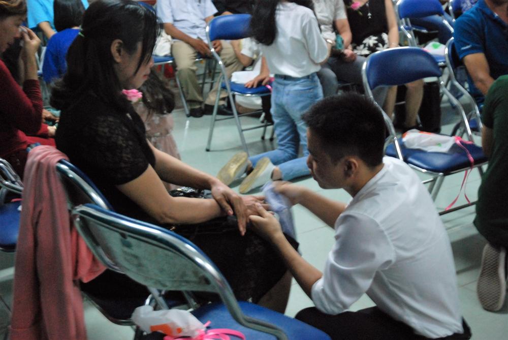 Xúc động hình ảnh học sinh lau tay cho cha mẹ trong buổi lễ tri ân - Ảnh 1