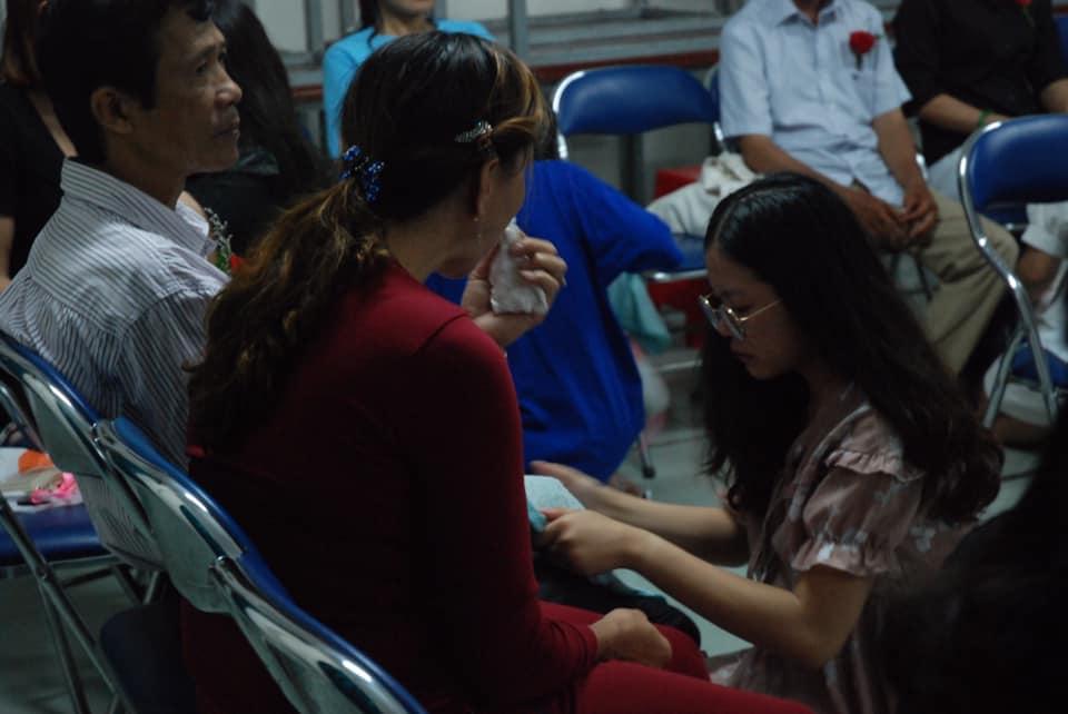 Xúc động hình ảnh học sinh lau tay cho cha mẹ trong buổi lễ tri ân - Ảnh 2