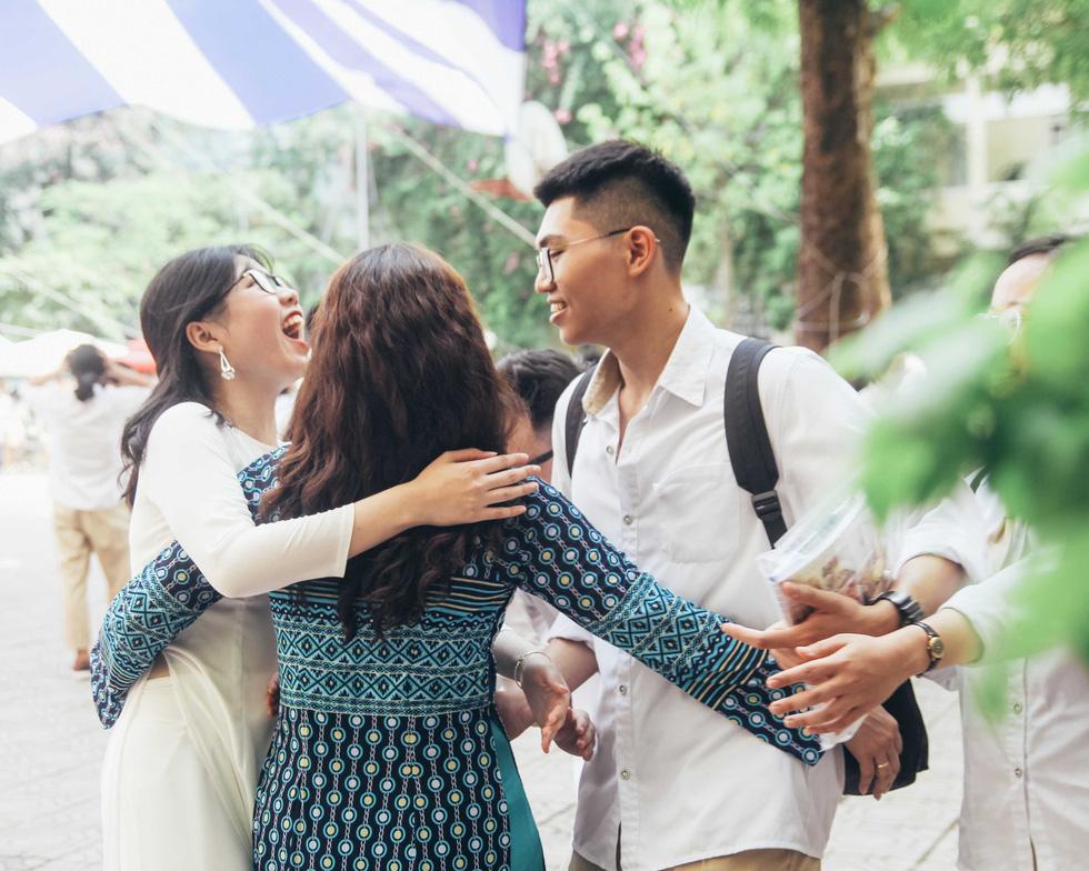 Xúc động hình ảnh học sinh lau tay cho cha mẹ trong buổi lễ tri ân - Ảnh 5