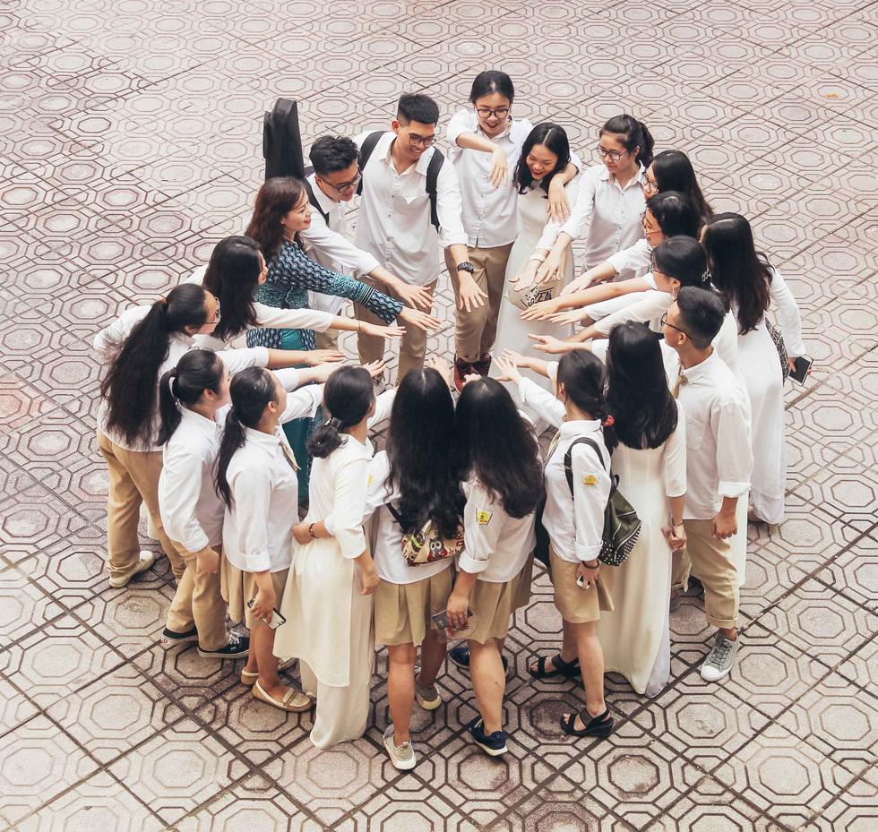 Xúc động hình ảnh học sinh lau tay cho cha mẹ trong buổi lễ tri ân - Ảnh 6