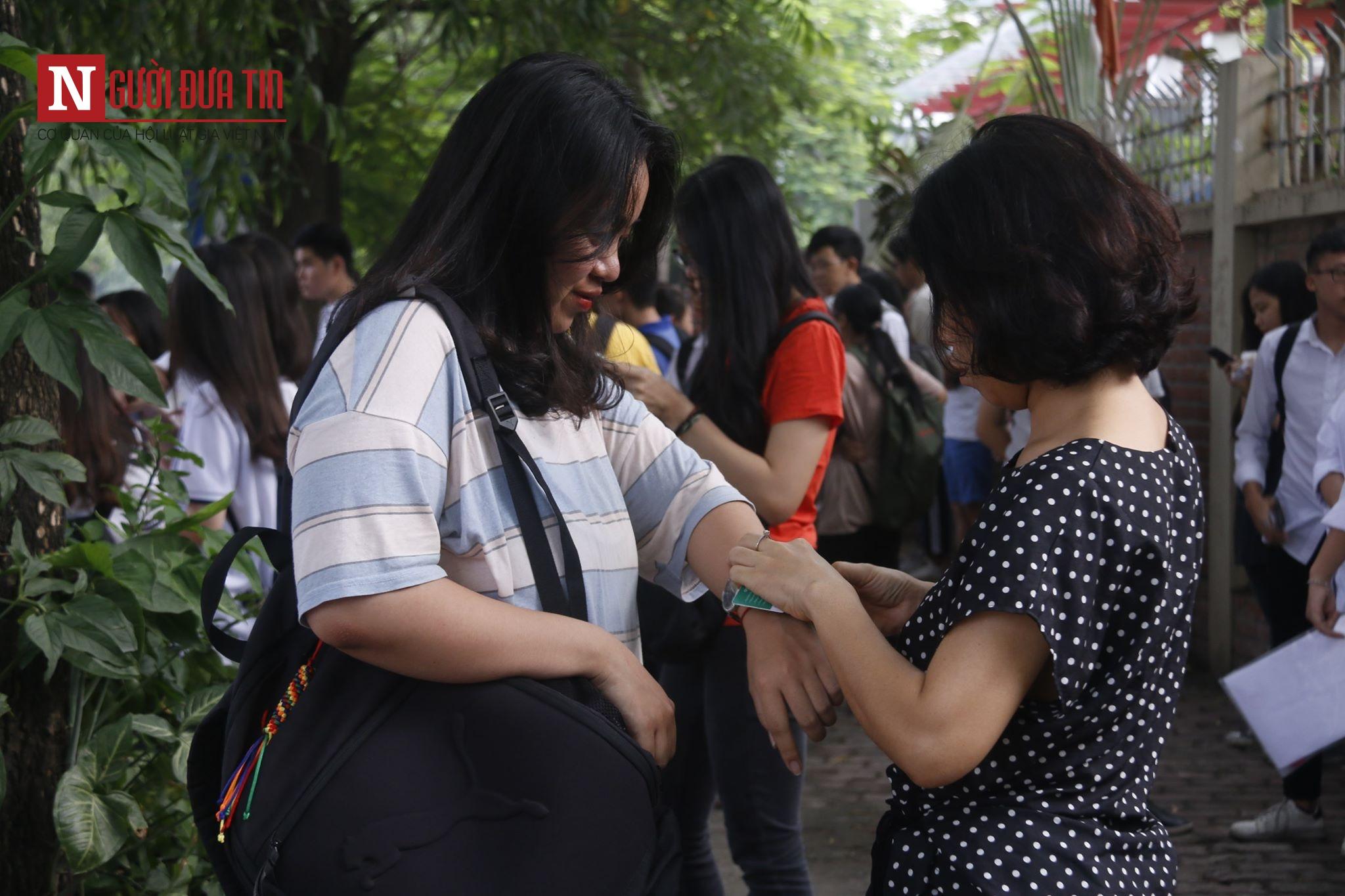 Xúc động hình ảnh ngoài cổng trường thi THPT quốc gia 2019 - Ảnh 3