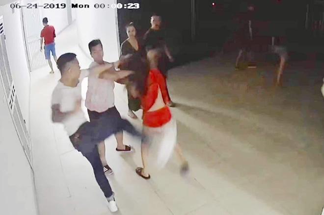 Xác minh thông tin nhóm côn đồ kéo vào chung cư đánh bầm dập cô gái trẻ - Ảnh 1