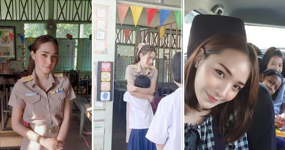 """Cô giáo Thái Lan """"đốn tim"""" dân mạng vì ôm học sinh mỗi sáng - Ảnh 2"""