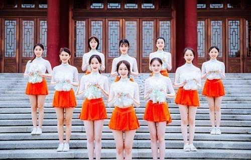 """Sinh viên Trung Quốc chụp ảnh kỷ yếu khoe chân dài miên man, da trắng bóc khiến dân mạng """"phát hờn"""" - Ảnh 2"""