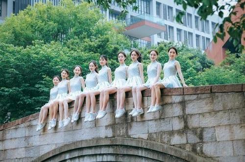 """Sinh viên Trung Quốc chụp ảnh kỷ yếu khoe chân dài miên man, da trắng bóc khiến dân mạng """"phát hờn"""" - Ảnh 3"""
