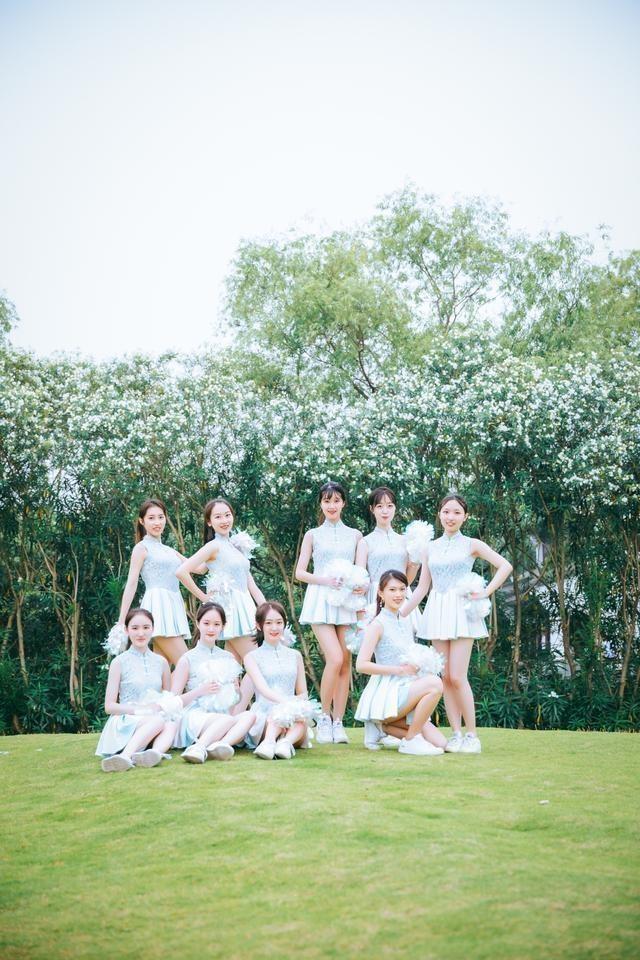 """Sinh viên Trung Quốc chụp ảnh kỷ yếu khoe chân dài miên man, da trắng bóc khiến dân mạng """"phát hờn"""" - Ảnh 4"""