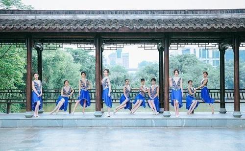 """Sinh viên Trung Quốc chụp ảnh kỷ yếu khoe chân dài miên man, da trắng bóc khiến dân mạng """"phát hờn"""" - Ảnh 6"""