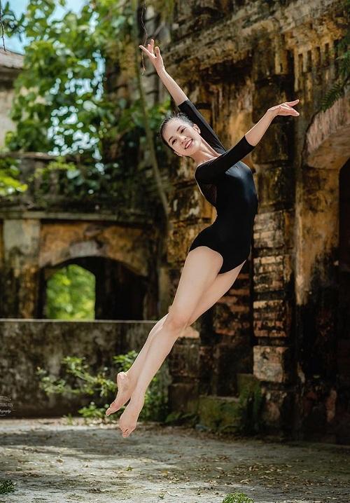 """Bộ ảnh múa ballet tuyệt đẹp của hai nữ sinh ĐH Văn hóa nghệ thuật Quân đội trong tu viện cổ """"đốn tim"""" dân mạng - Ảnh 5"""