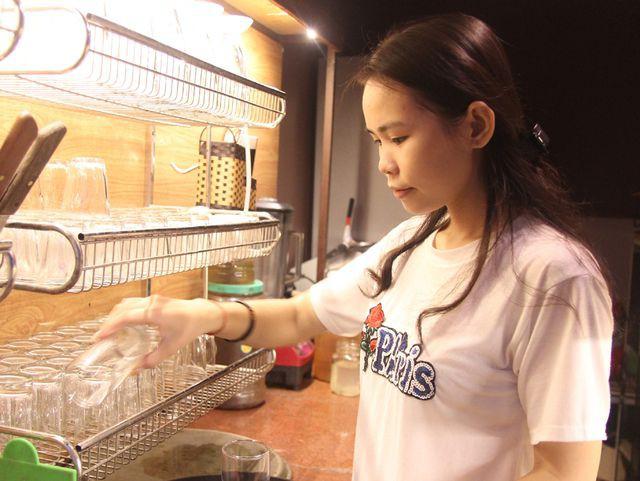 Cô học trò người Thái đạt điểm khối C cao chót vót tất bật đi làm thêm kiếm tiền vào đại học - Ảnh 2