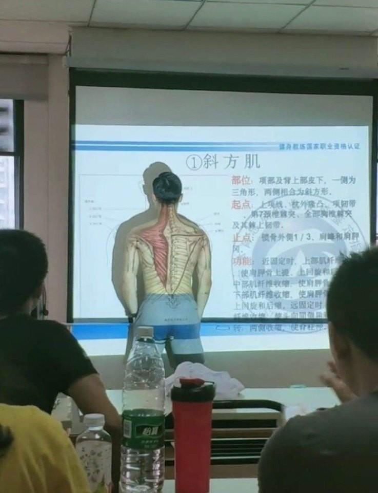 """Thầy giáo cởi áo lấy thân mình minh họa trong tiết Sinh học khiến học trò """"chao đảo"""" - Ảnh 1"""