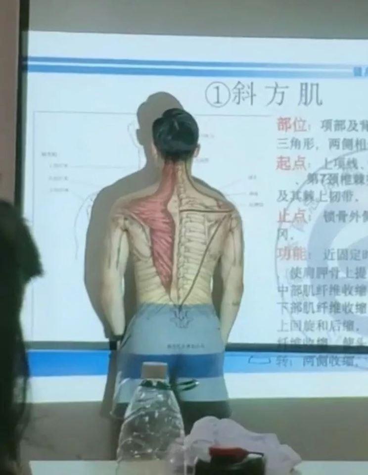 """Thầy giáo cởi áo lấy thân mình minh họa trong tiết Sinh học khiến học trò """"chao đảo"""" - Ảnh 2"""