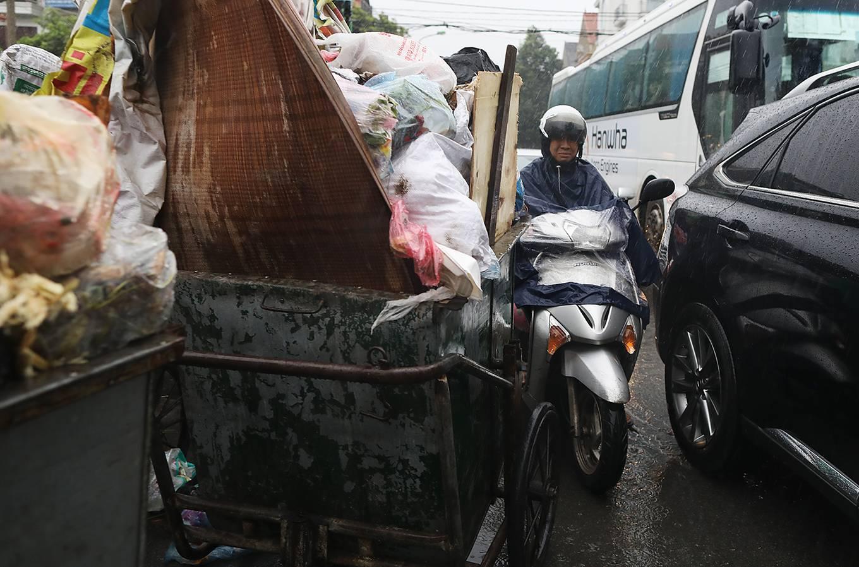 """Hà Nội """"ngộp thở"""" vì ngập ngụa vì cả trăm tấn rác thải ùn tắc không thể thu gom - Ảnh 1"""