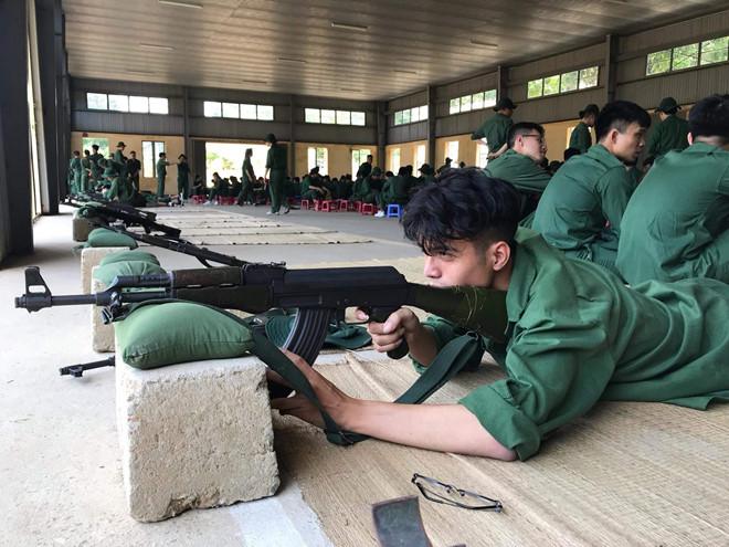 Ảnh chụp trộm hotboy quân sự tập bắn súng khiến chị em truy tìm vì quá nam tính - Ảnh 1
