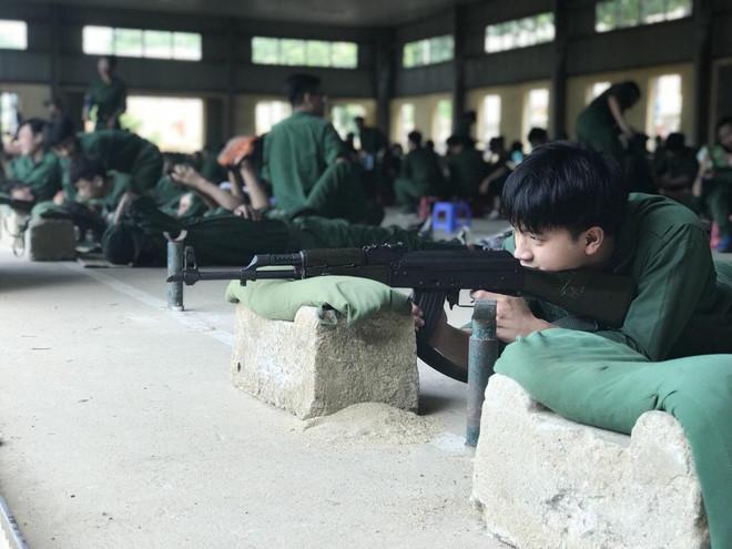 Ảnh chụp trộm hotboy quân sự tập bắn súng khiến chị em truy tìm vì quá nam tính - Ảnh 5
