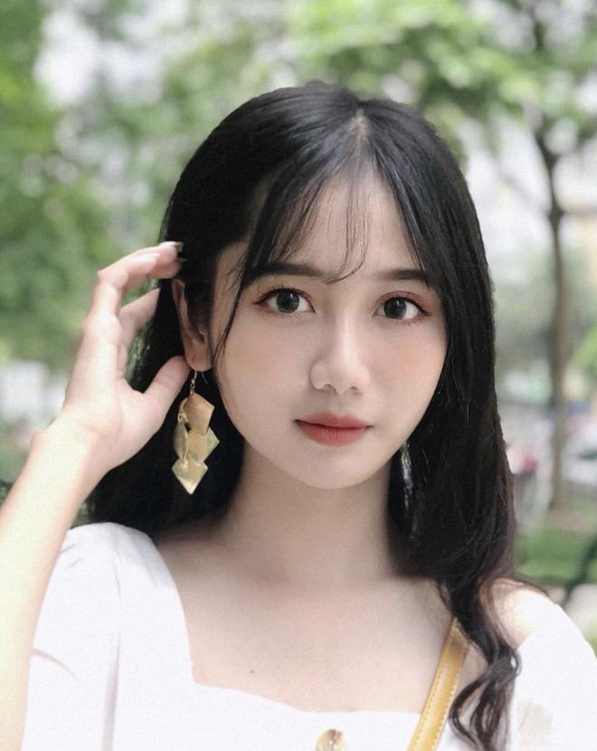 Lộ ảnh thẻ mặc đồng phục, nữ sinh Lào Cai được ví xinh như thiên thần  - Ảnh 2