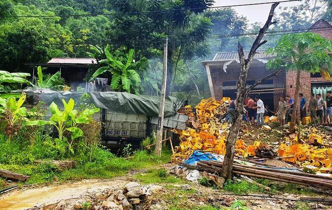 Tài xế và phụ xe chở bia tử vong tại chỗ sau cú đâm kinh hoàng vào nhà dân - Ảnh 1