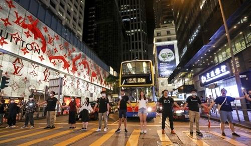 Người dân Hong Kong tiếp tục biểu tình, tạo thành con đường dài 60 km - Ảnh 1