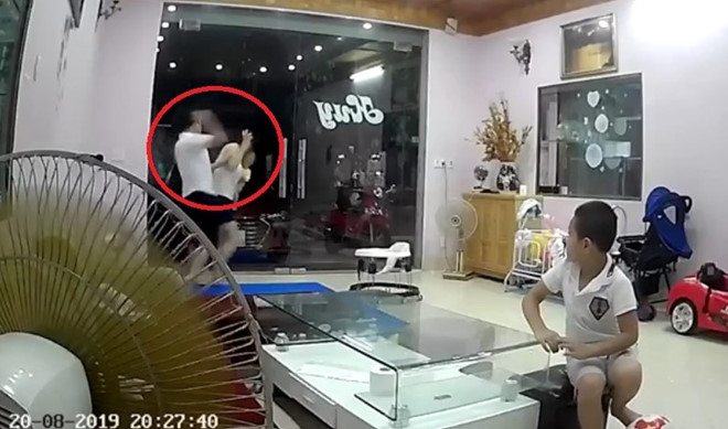 Video: Phẫn nộ đánh vợ vừa mới sinh 2 tháng đến mức nhập viện - Ảnh 1