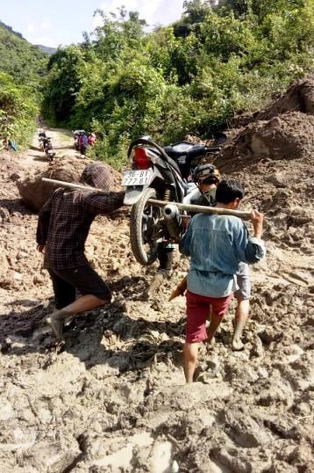 Cảm phục cảnh thầy giáo ở Mường Lát khiêng xe, lội bùn tới trường sau mưa lũ kinh hoàng - Ảnh 1