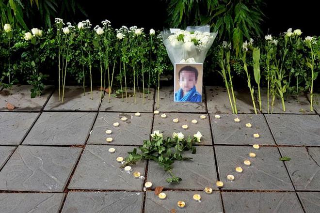 Người dân đặt hoa trắng và nến tưởng nhớ bé trai lớp 1 tử vong ở trường Gateway - Ảnh 1