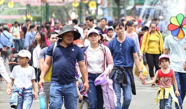 Nhiều điểm vui chơi tại TP.HCM quá tải dịp nghỉ lễ 2/9, chợ Trung thu phố cổ Hà Nội đông nghịt người - Ảnh 2